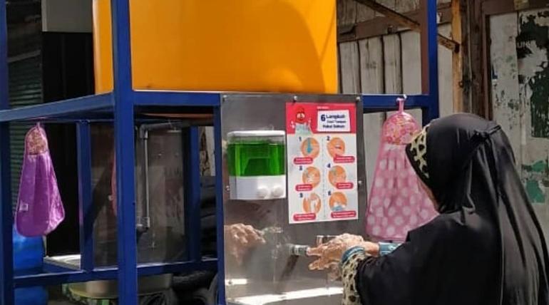 Polinema Berikan Bantuan Tangki Air Cuci Tangan di Pasar Nusakambangan Kelurahan Kasin