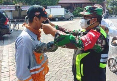 Waspada Angka Penularan Covid-19 BABINSA DAN  BHABINKAMTIBMAS Kelurahan Sukun Sosialisasi Penggunaan dan Bagi-Bagi Masker Untuk  Warga Yang Melintas